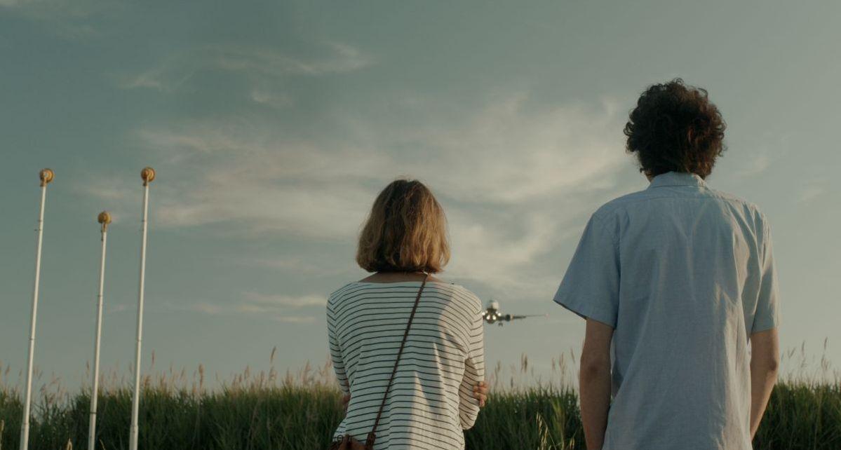 Short Skin: Matteo Creatini guarda gli aerei insieme a Francesca Agostini in un'immagine del film