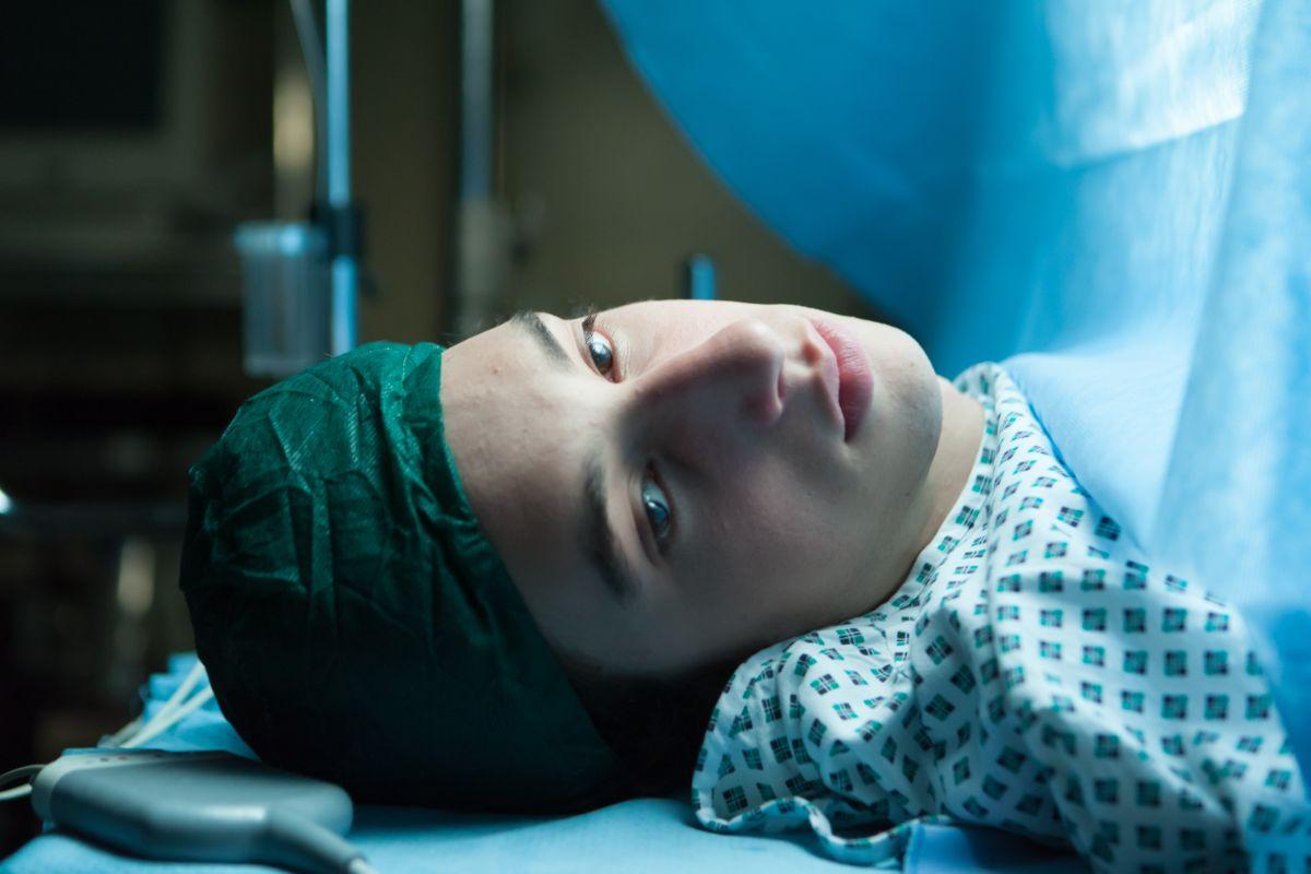 Short Skin: Matteo Creatini sul lettino operatorio in una scena del film