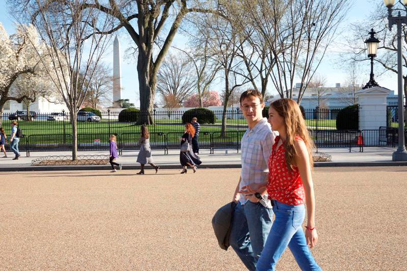 The Snowden Files: Joseph Gordon-Levitt e Shailene Woodley passeggiano nel parco