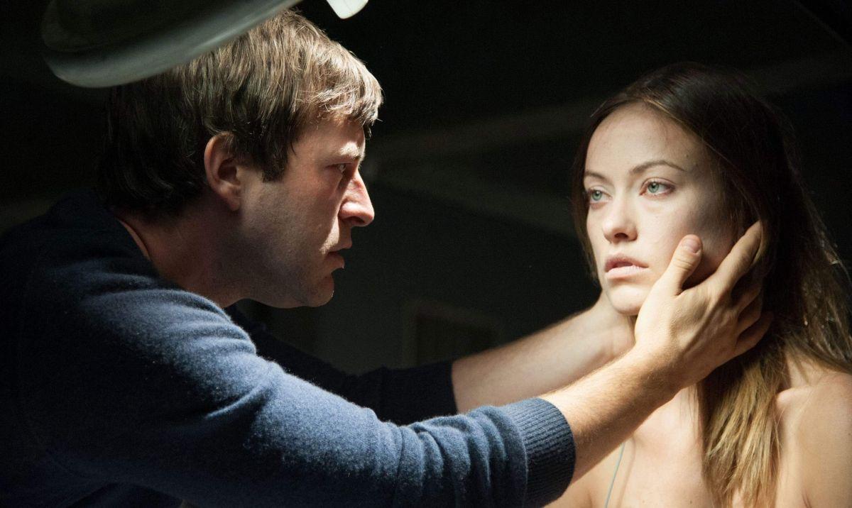 The Lazarus Effect: Olivia Wilde nelle mani di Mark Duplass in una scena del film