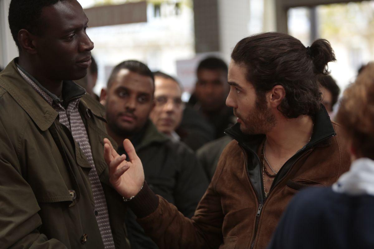 Samba: Omar Sy discute con Tahar Rahim in una scena del film