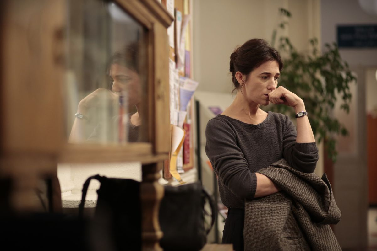 Samba: Charlotte Gainsbourg pensierosa nei panni di Alice in una scena del film