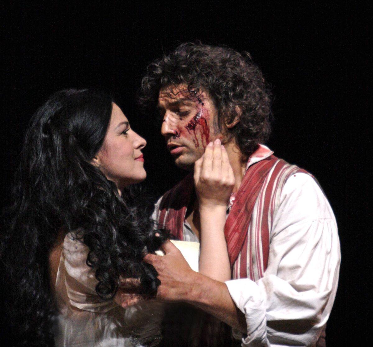 Royal Opera House - Tosca: Angela Gheorghiu insieme a Jonas Kaufman in una drammatica scena dello spettacolo
