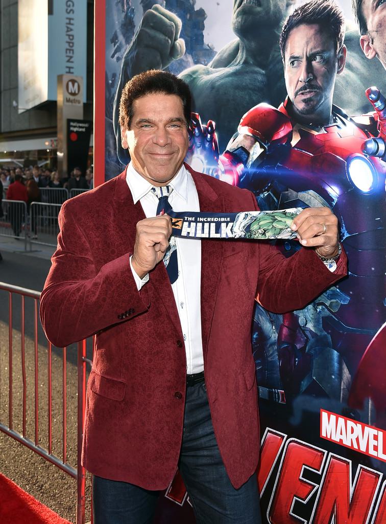 The Avengers: Age of Ultron - Lou Ferrigno con la cravatta degli Avengers