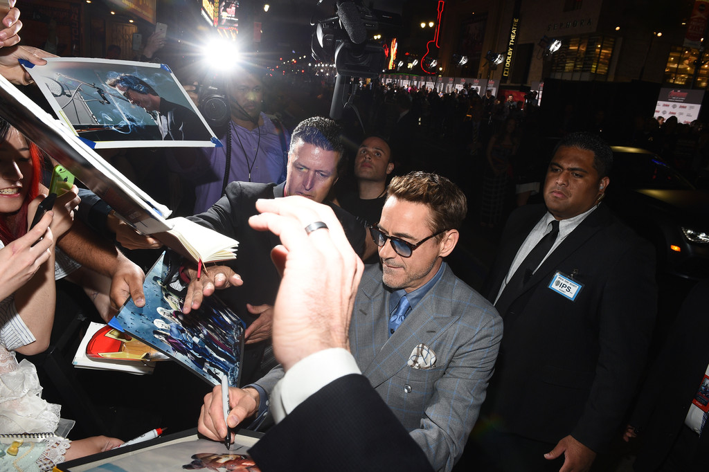 The Avengers: Age of Ultron - Downey jr. firma autografi alla premiere