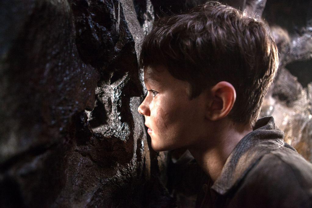 Pan: Levi Miller in una scena del film nei panni di Peter Pan