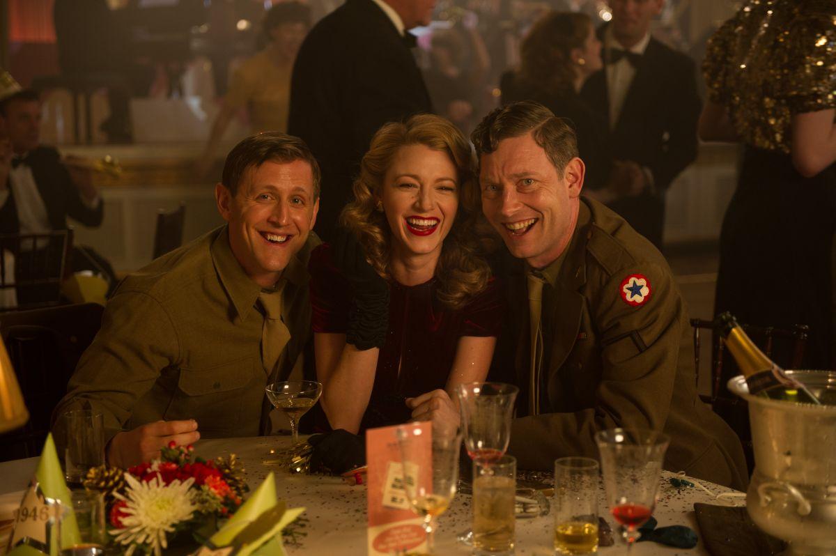 Adaline - L'eterna giovinezza: Blake Lively con due ufficiali in una scena tratta dal film