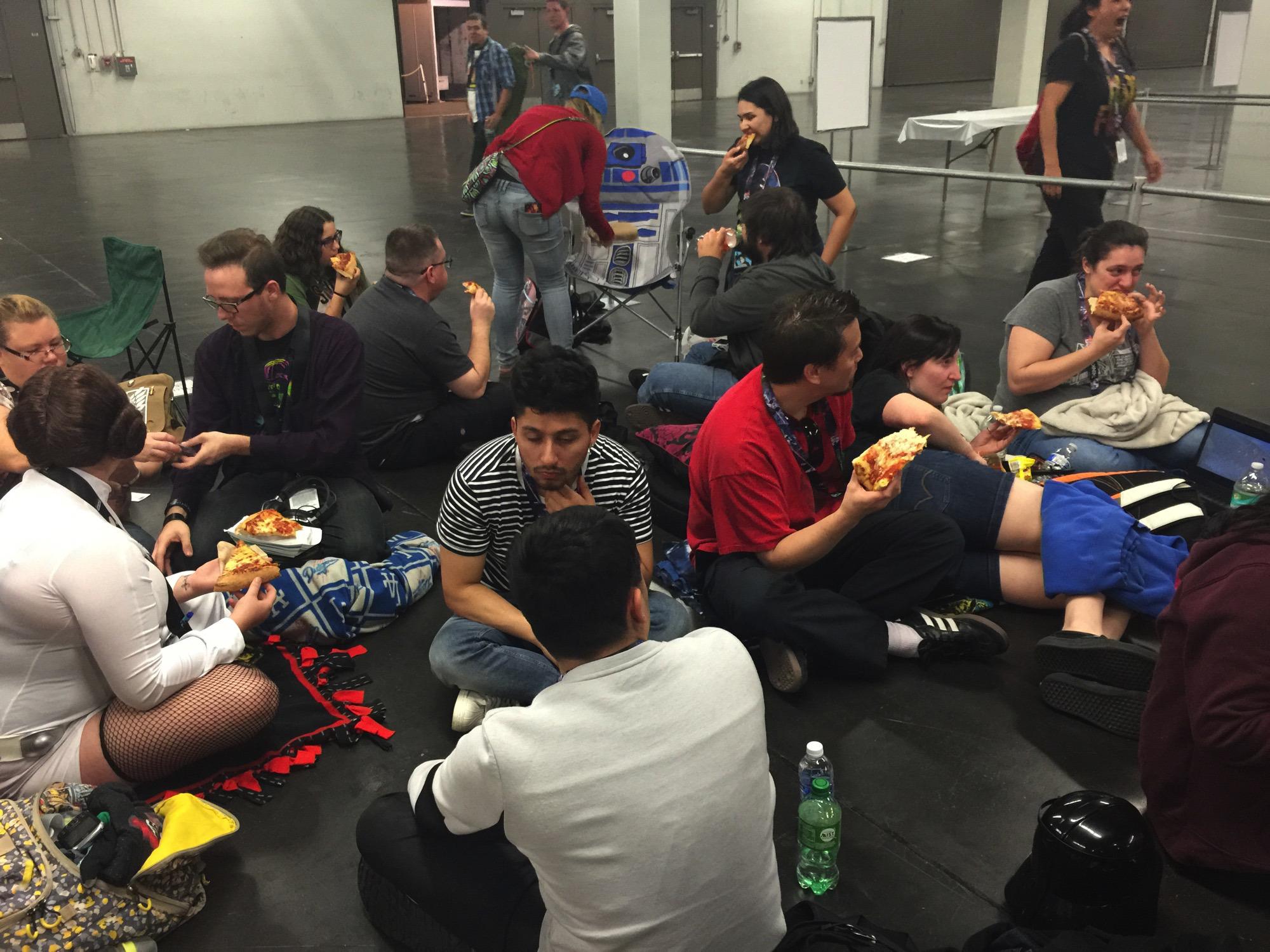 Star Wars VII: Il risveglio della forza - I fan mangiano la pizza offerta da J.J. Abrams prima dello Star Wars Celebration