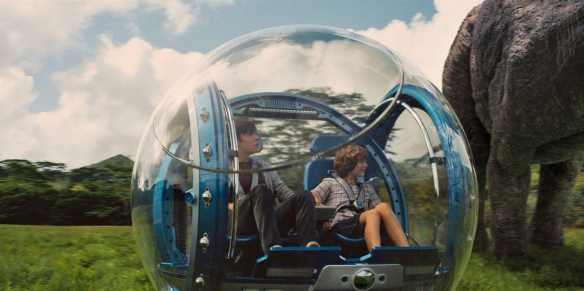 Jurassic World: Ty Simpkins e Nick Robinson in una scena del film