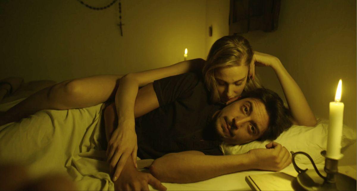 Le Frise Ignoranti: William Volpicellacon Eva Riccobono in una scena del film