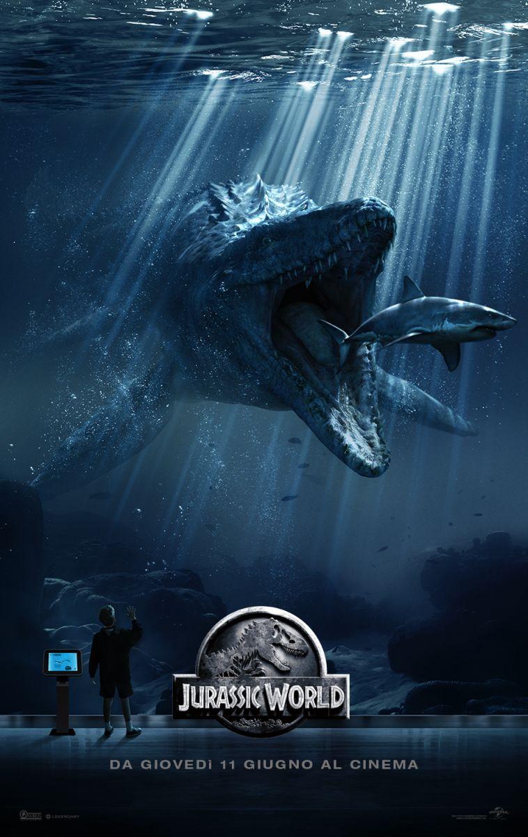 Jurassic World: il poster italiano del film con il Mosasauro
