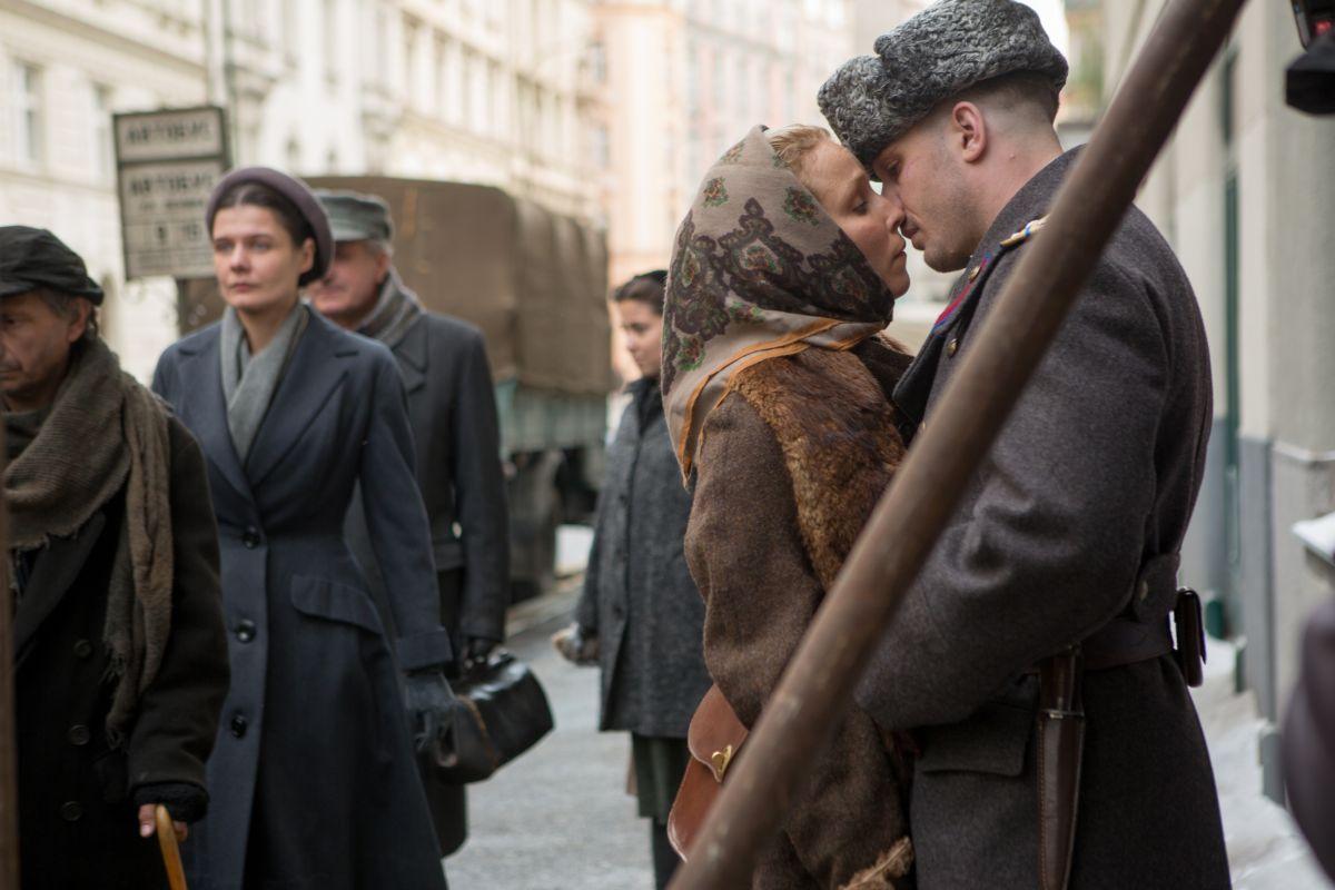 Child 44: Tom Hardy e Noomi Rapace si baciano per la strada