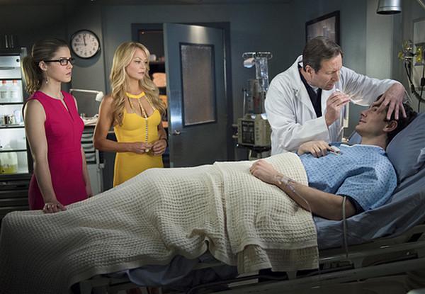 Arrow: Emily Bett Rickards, Charlotte Ross e Brandon Routh in una scena della puntata Public Enemy
