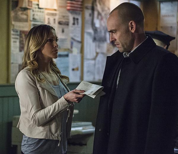 Arrow: Katie Cassidy e Paul Blackthorne nell'episodio intitolato Broken Arrow