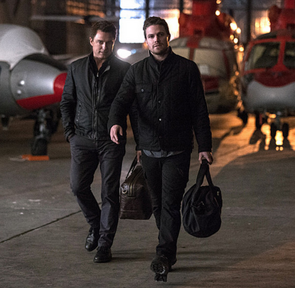 Arrow: gli attori John Barrowman e Stephen Amell nell'episodio intitolato The Fallen