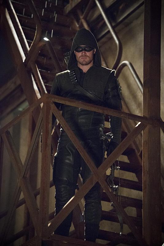 Arrow: il protagonista Stephen Amell in una scena della puntata The Offer