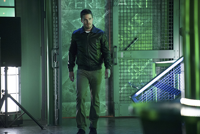Arrow: il protagonista Stephen Amell nella puntata The Offer