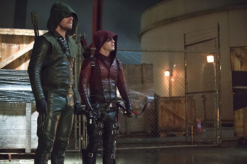 Arrow: gli attori Stephen Amell e Colton Haynes in una scena della puntata Suicidal Tendencies
