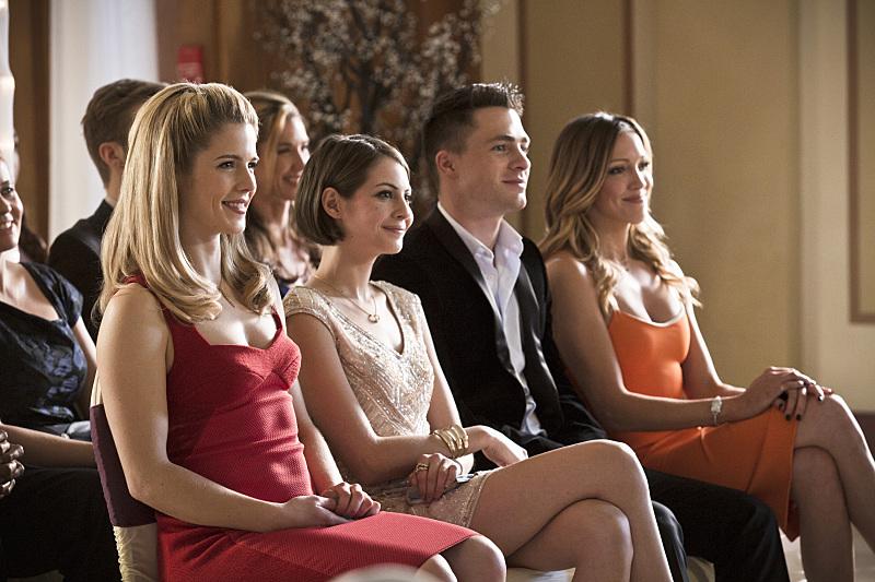 Arrow: Emily Bett Rickards, Willa Holland, Colton Haynes e Katie Cassidy in una scena di Suicidal Tendencies