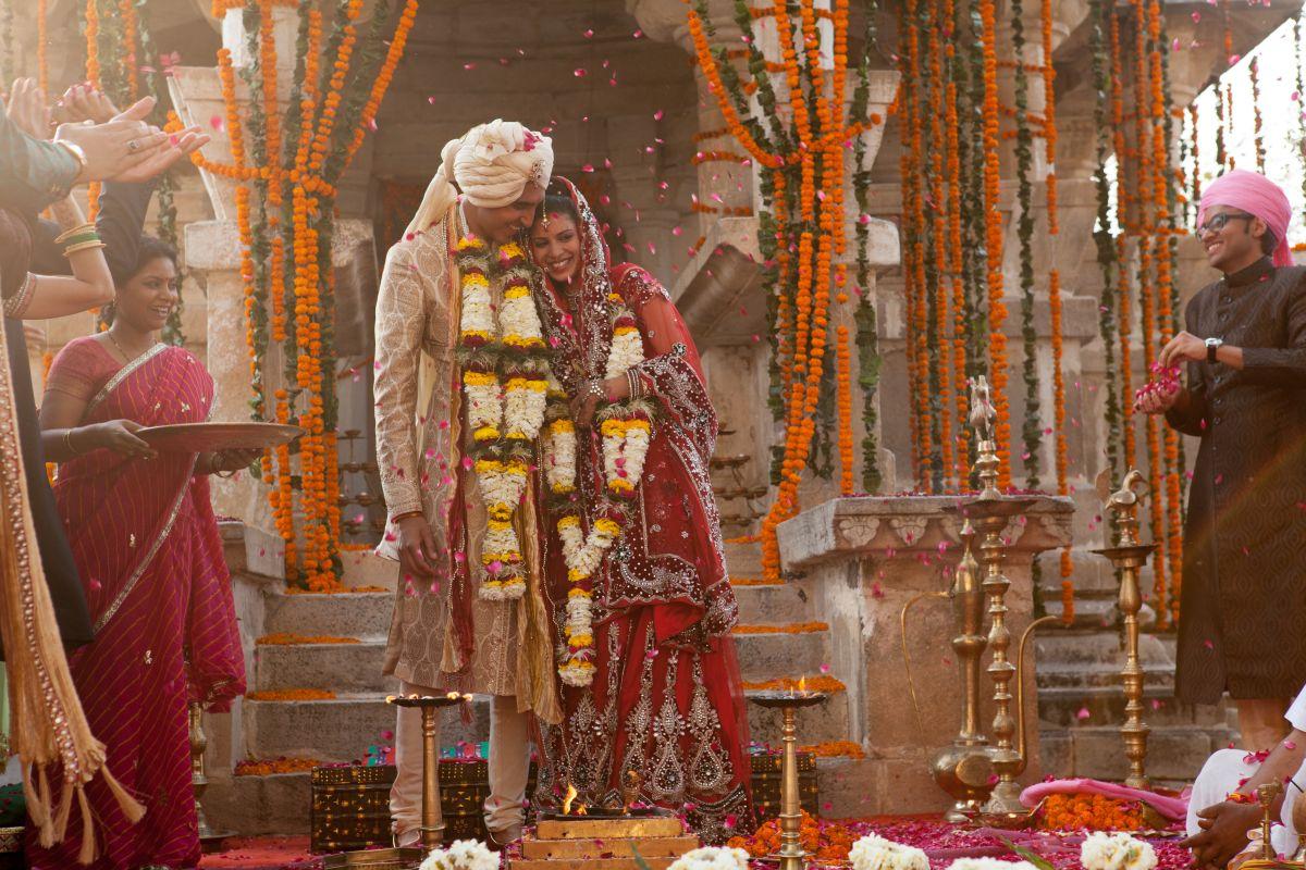 Ritorno al Marigold Hotel: Dev Patel con Tena Desae novelli sposi in una scena del film