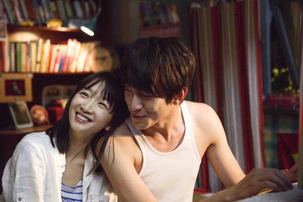 My Old Classmate: Dongyu Zhou insieme a Kenny Lin in una scena del film