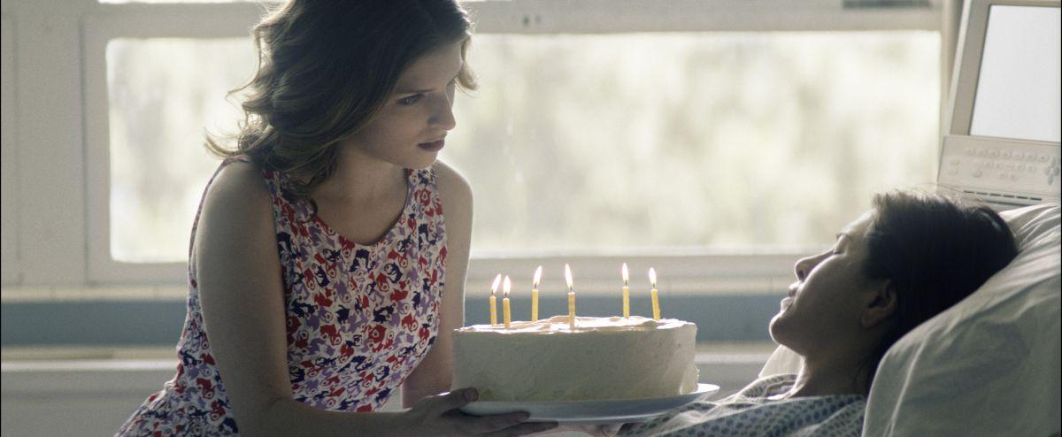 Cake: Jennifer Aniston con Anna Kendrick in una scena del film