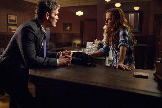 Wayward Pines: Matt Dillon e Juliette Lewis in una scena del pilot della serie