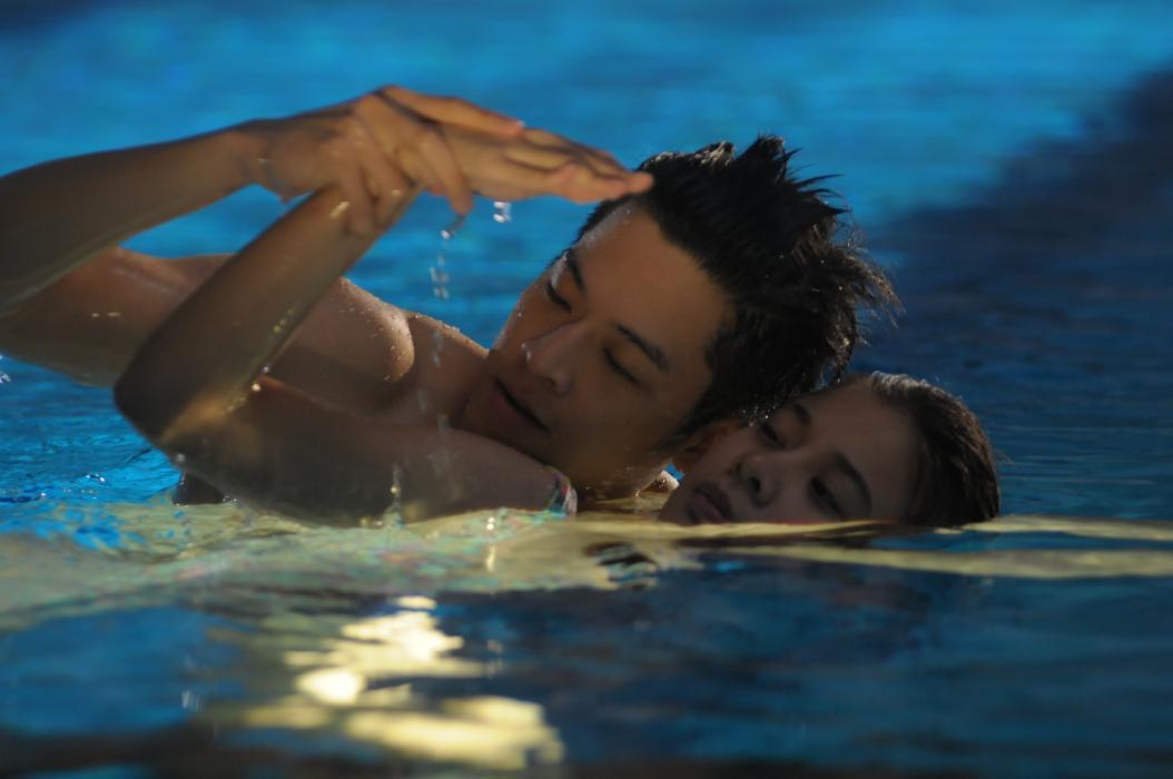 The Swimmers: Supassra Thanachat insieme a Chutavuth Pattarakampol in una scena del film
