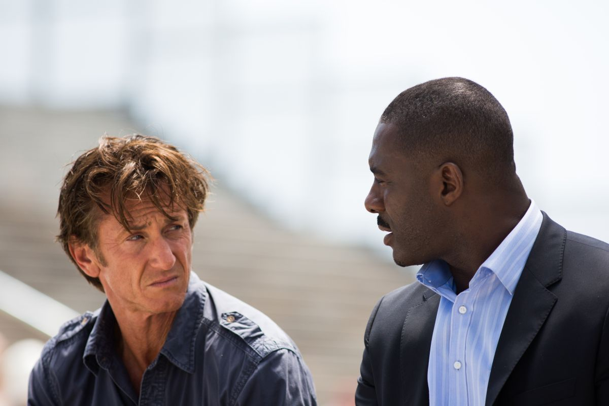 The Gunman: Sean Penn con Idris Elba in una scena del film