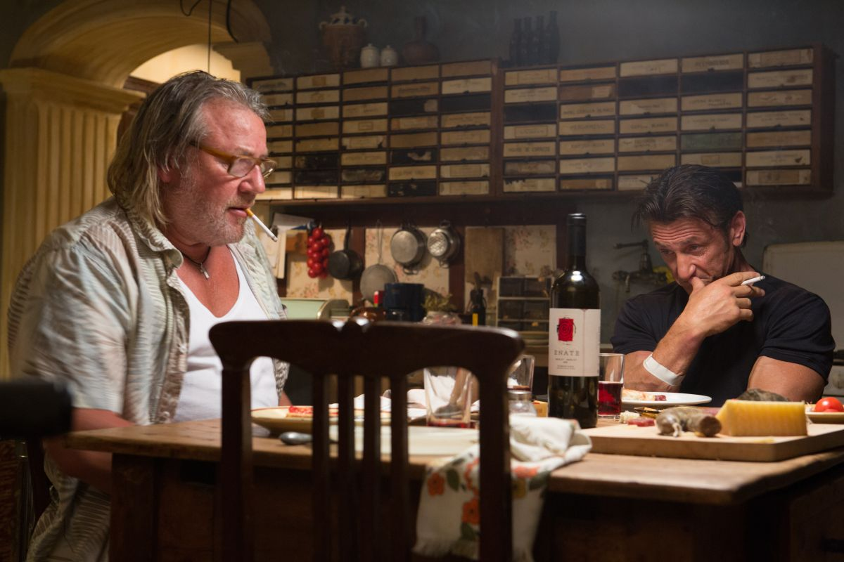 The Gunman: Sean Penn con Ray Winstone in una scena