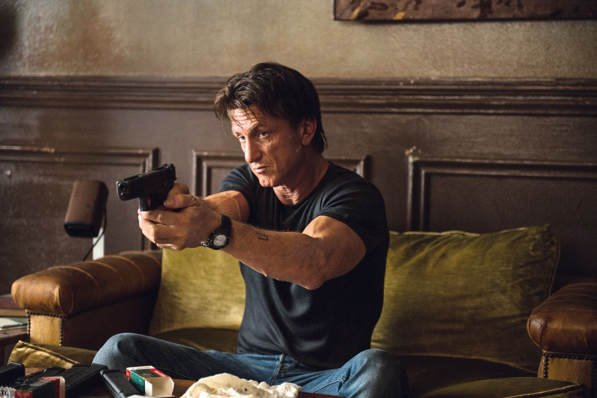 The Gunman: Sean Penn sulla difensiva in un momento del film action