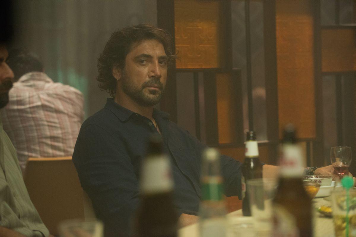 The Gunman: lo sguardo ficcant di Javier Bardem in una scena del film