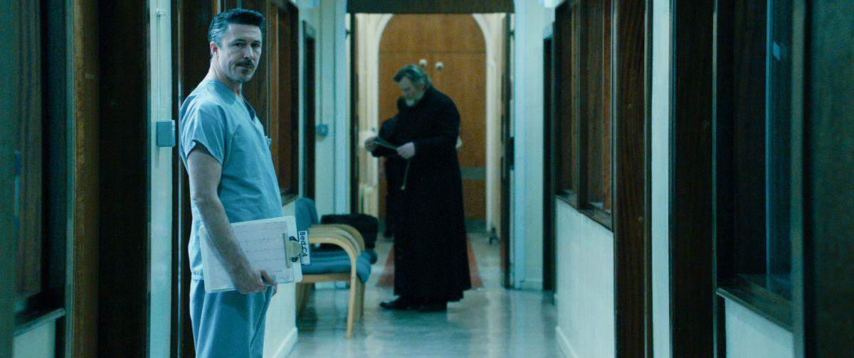 Calvario: Aidan Gillen in una scena