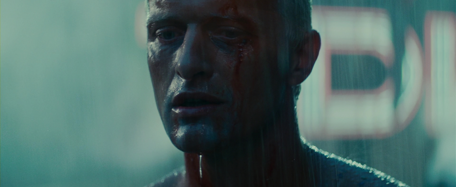 Rutger Hauer in una sequenza di BLADE RUNNER