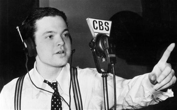 Il giovane Orson Welles durante il celebre show radiofonico La guerra dei mondi