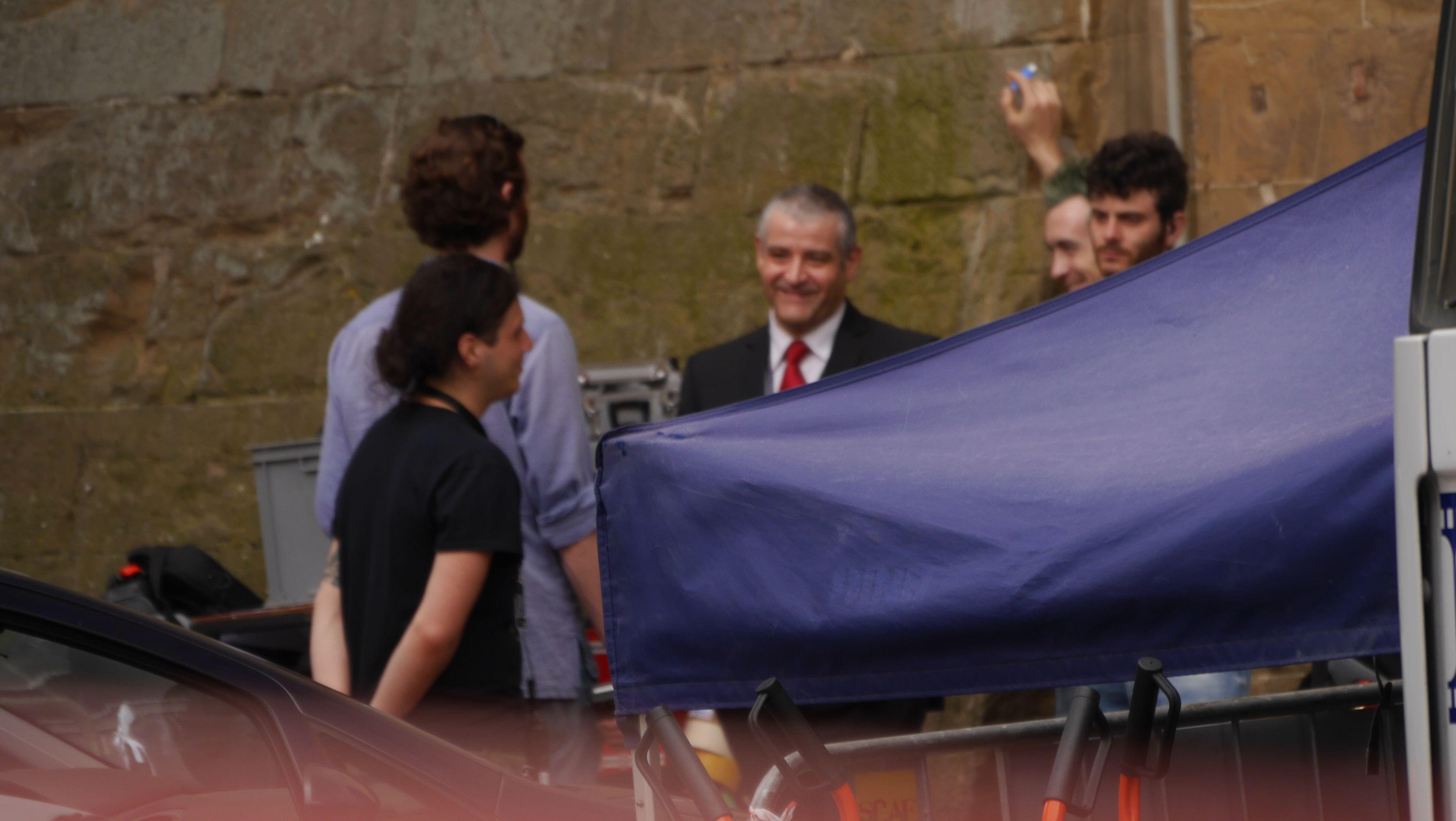 Inferno: Fortunato Cerlino fuori da Palazzo Vecchio con la troupe