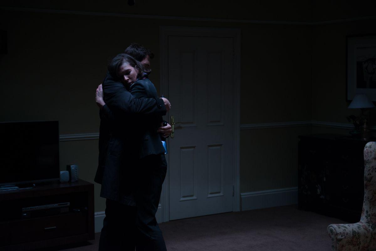 Survivor: Milla Jovovich abbraccia Dylan McDermott in una scena del film