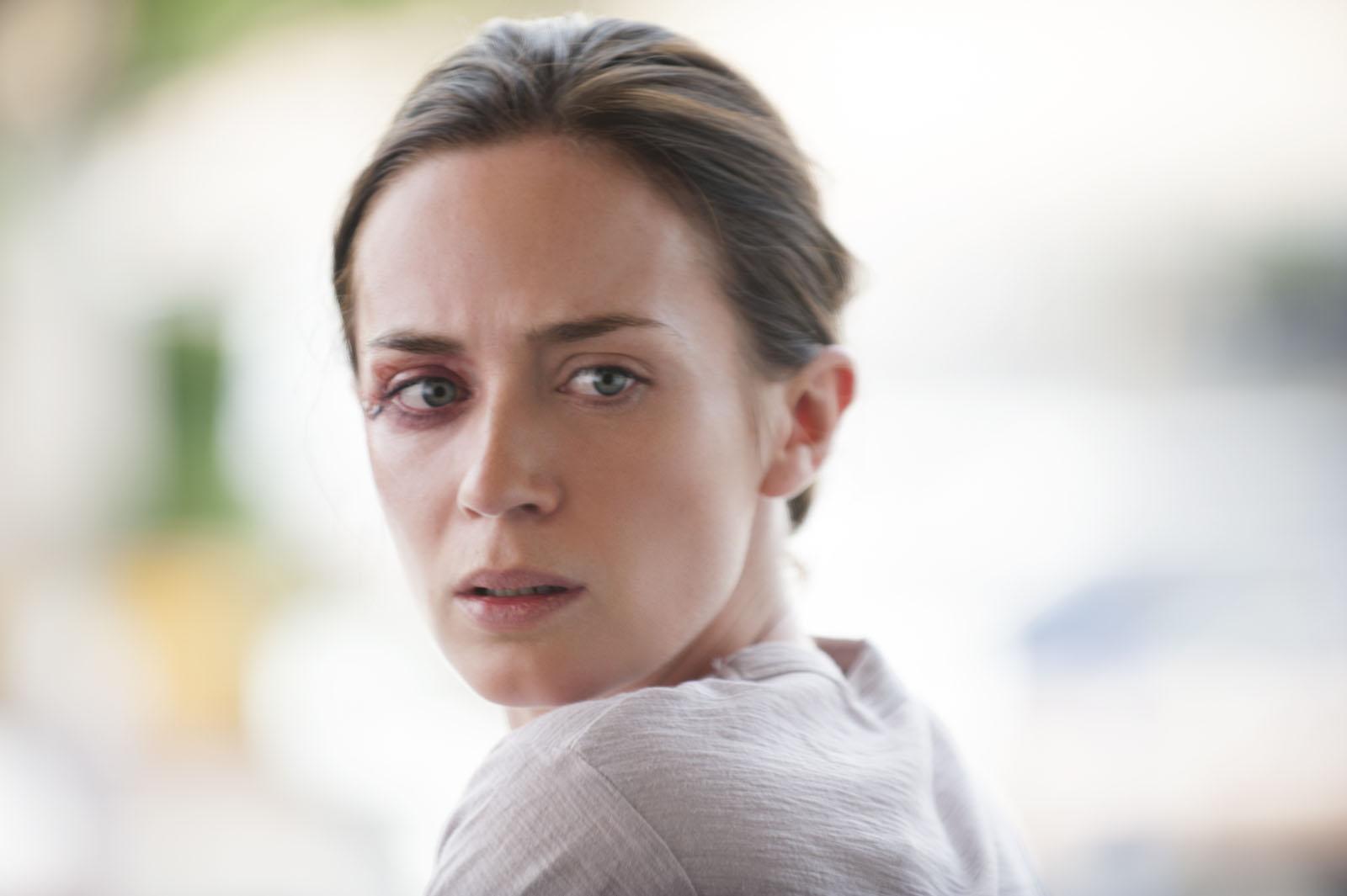 Sicario: un primo piano di una malconcia Emily Blunt