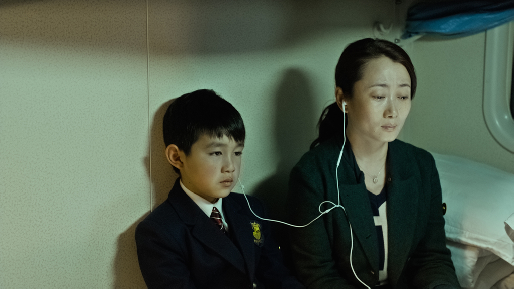 Mountains May Depart: Zhao Tao in una scena del film con Zijang Dong