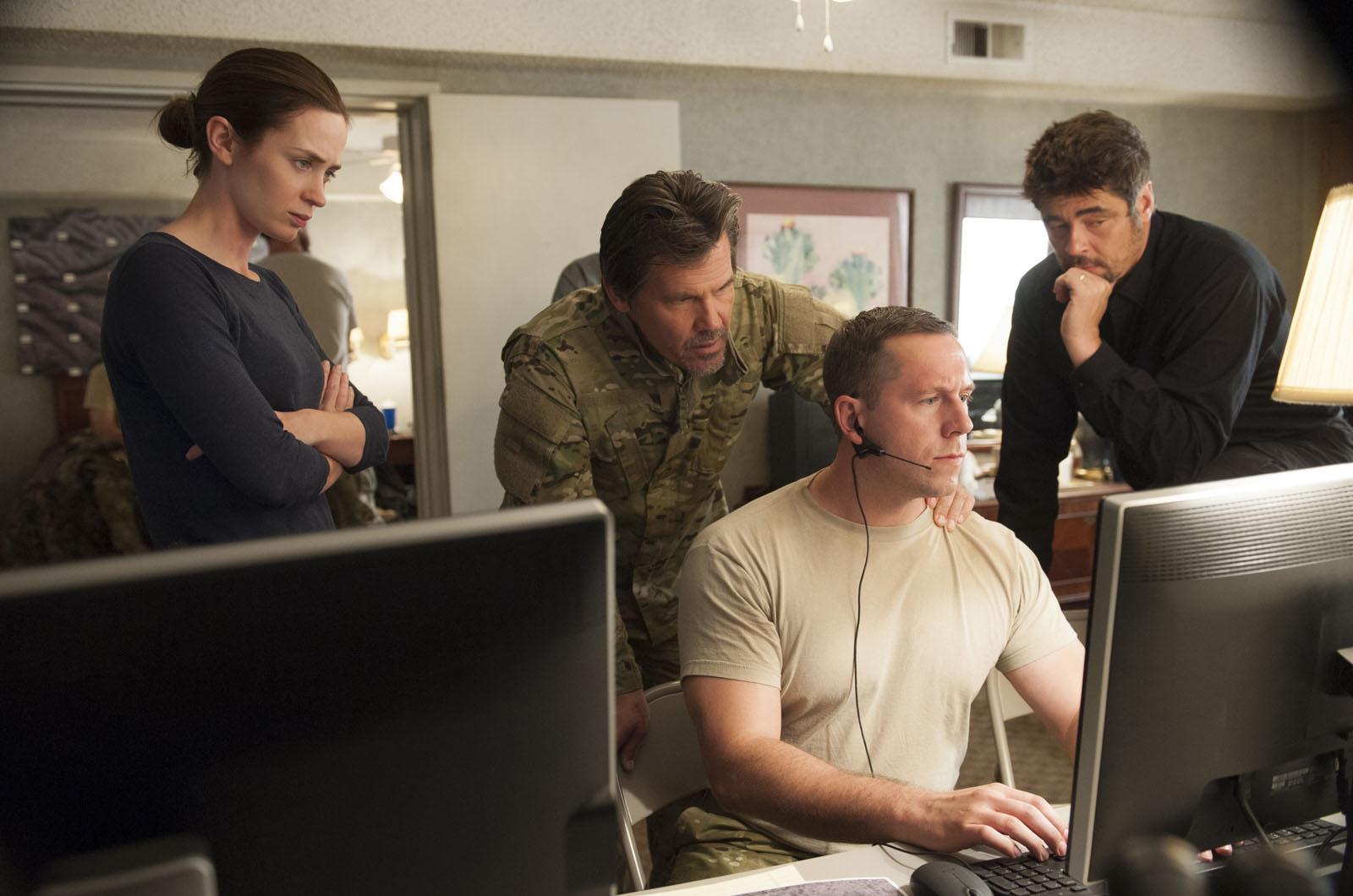 Sicario: Emily Blunt, Josh Brolin e Benicio Del Toro in una scena del film