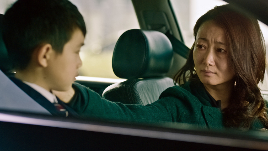 Mountains May Depart: il piccolo Zijang Dong in una scena con Zhao Tao