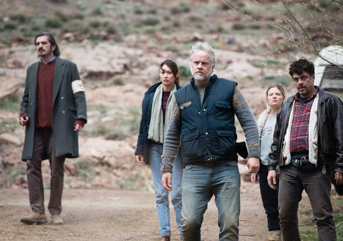 A Perfect Day: Tim Robbins, Melanie Thierry, Olga Kurylenko e Benicio Del Toro in una scena del film