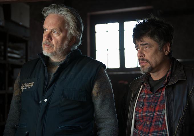 A Perfect Day: Tim Robbins e Benicio Del Toro in una scena del film