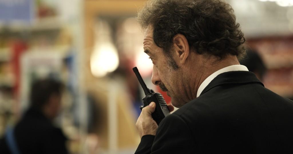 La legge del mercato: Vincent Lindon nel suo ruolo di sorvegliante in una scena del film