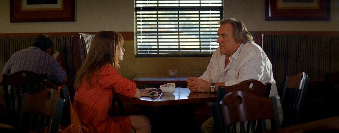 Valley of Love: Gérard Depardieu insieme a Isabelle Huppert in un'immagine del film