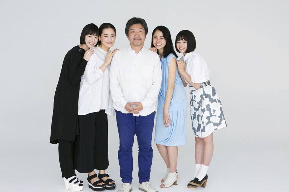 Our Little Sister: Haruka Ayase, Masami Nagasawa, Kaho, Suzu Hirose e il regista Hirokazu Koreeda in una foto promozionale