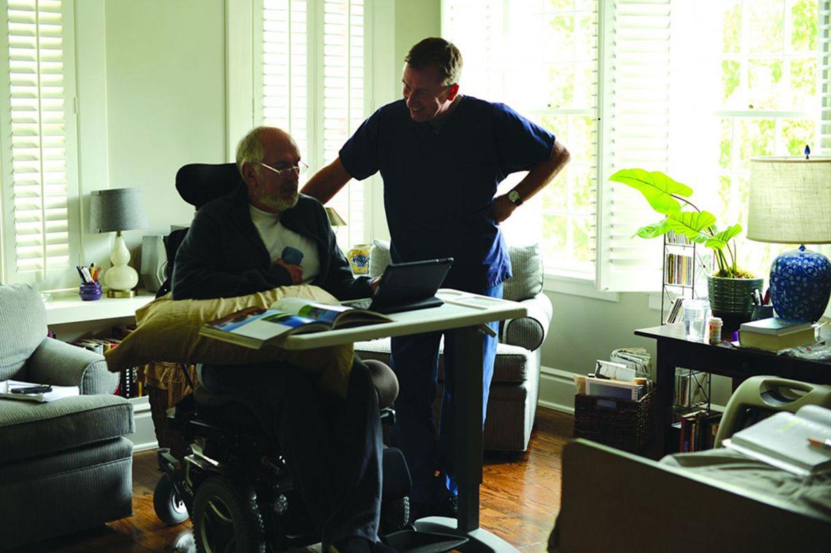 Chronic: Tim Roth con Michael Cristofer in una scena del film