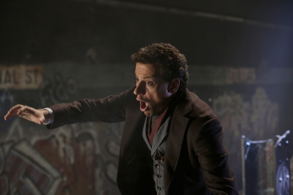 Forever: Ioan Gruffudd in una scena d'azione del season finale The Last Death of Henry Morgan