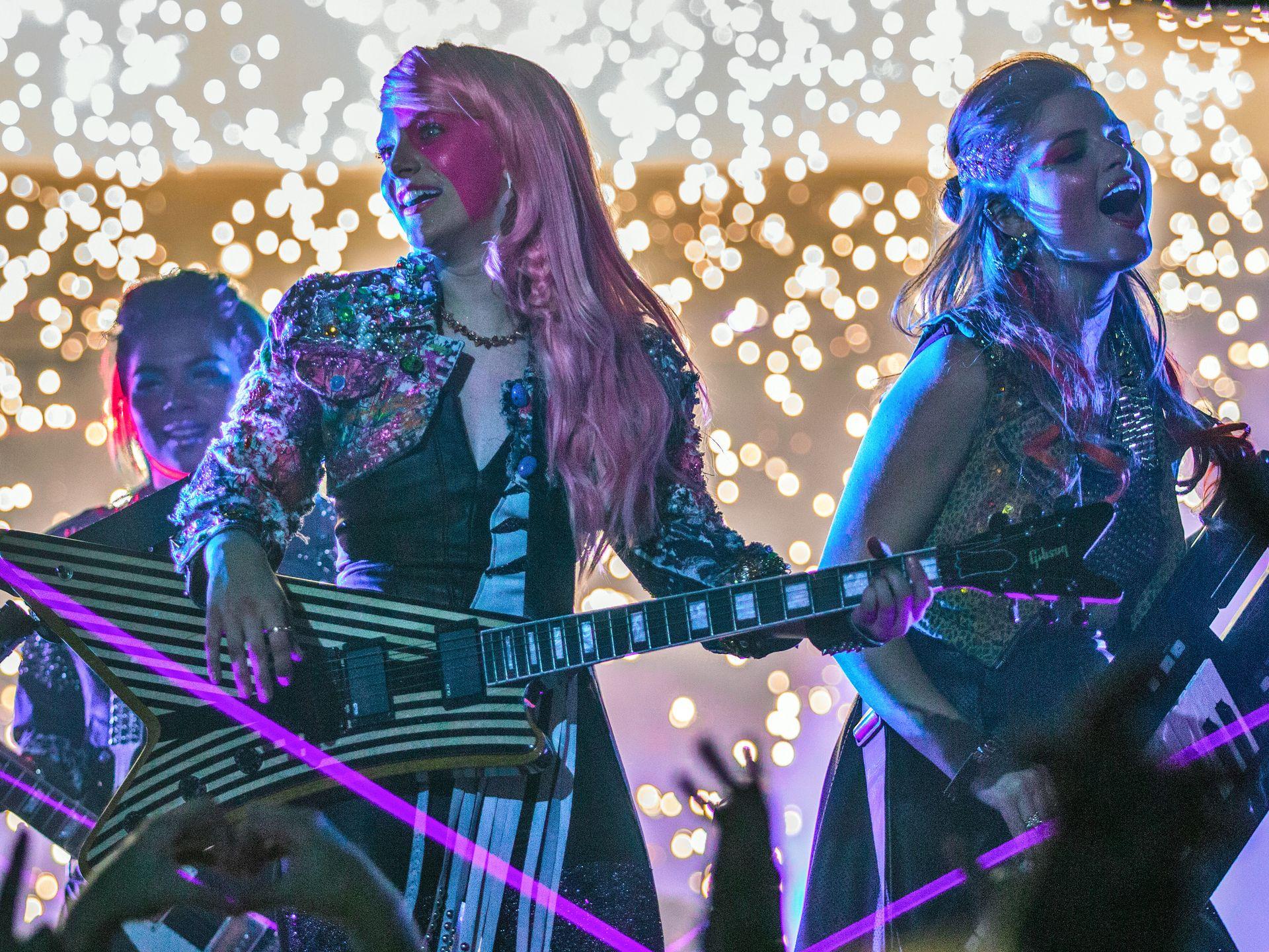 Jem and the Holograms: le giovani artiste durante un concerto