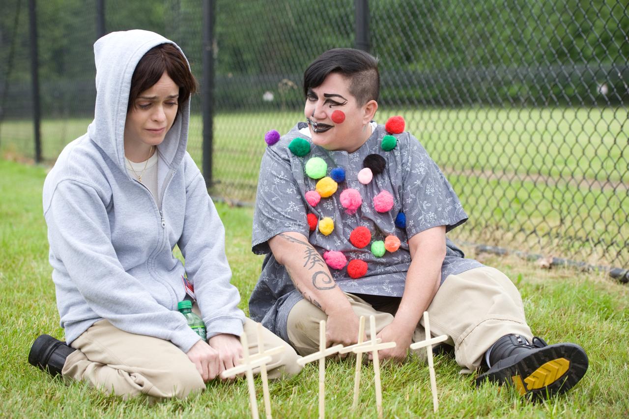 Orange is the New Black: l'attrice Lea DeLaria travestita da clown in una scena della terza stagione